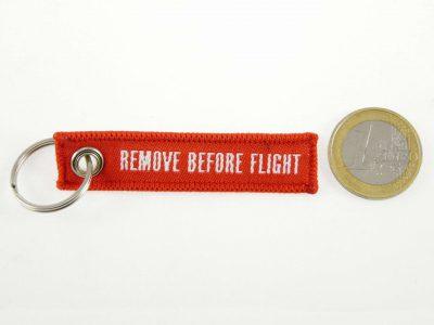 remove before flight schluesselanhaenger mit logo wingdesign Größenvergleich