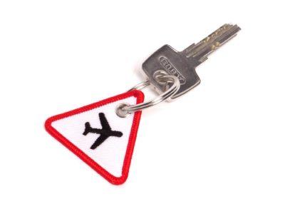 Achtung Flugzeuge Schluesselanhaenger Verkehrsschild mit Schluessel