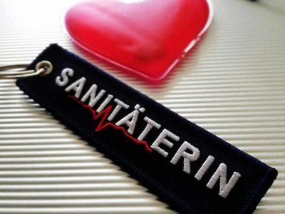 Sanitäterin und Sanitäter Schluesselanhenger artikel-mit-logo.de