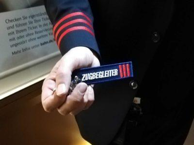 Zugbegleiter Schluesselanhaenger von Zugbegleiter gehalten